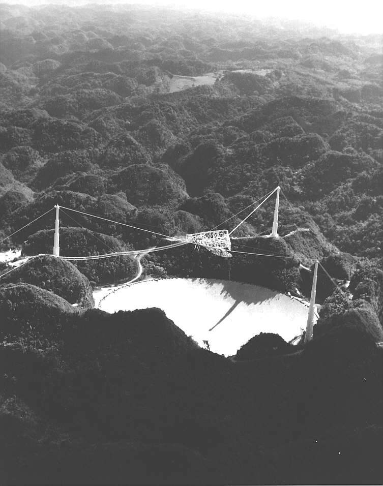Old b&w picture of the Arecibo dish (67563 bytes)